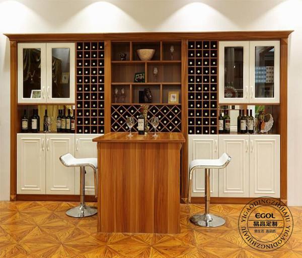 如果客餐厅面积较大,可以尝试使用吧台式酒柜,这种设计比较符合现代家庭,三五好友相聚吧台品酒,或是家中随意做份小甜点于吧台也是很方便的。如果普通面积的房型可以选择隔断式酒柜或是靠墙酒柜,选择靠墙酒柜的话是比较有利于酒柜设计和扩充其储物能力的。